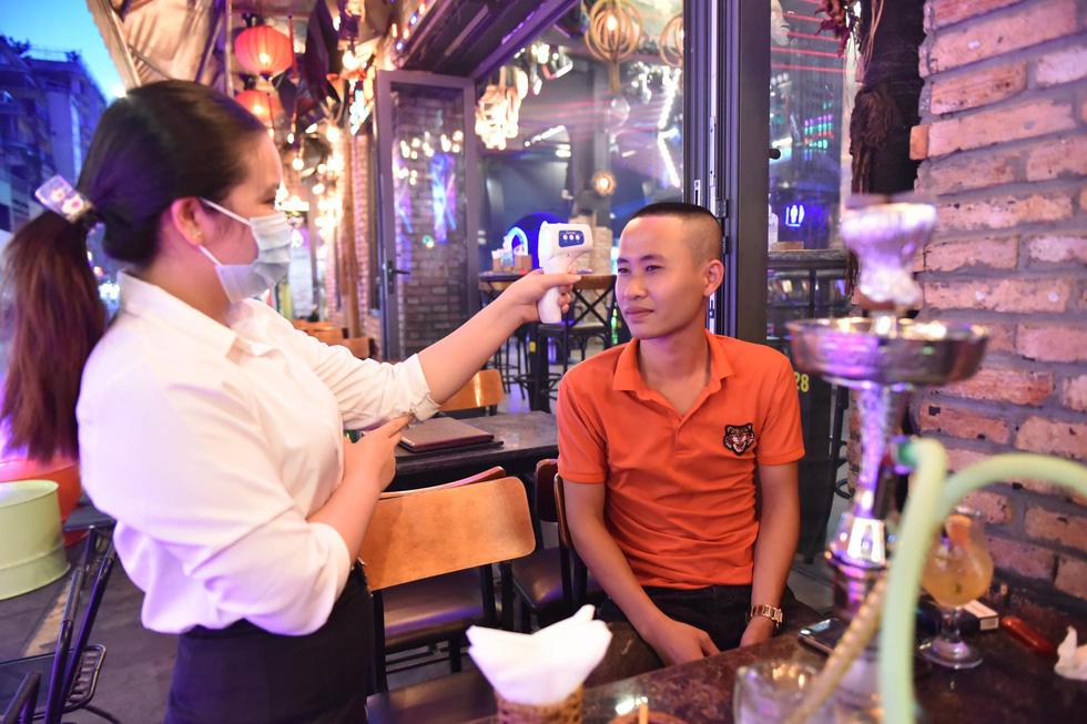 Bar, vũ trường ở Sài Gòn nhộn nhịp 'sáng đèn, lên nhạc' trở lại - Ảnh 9.