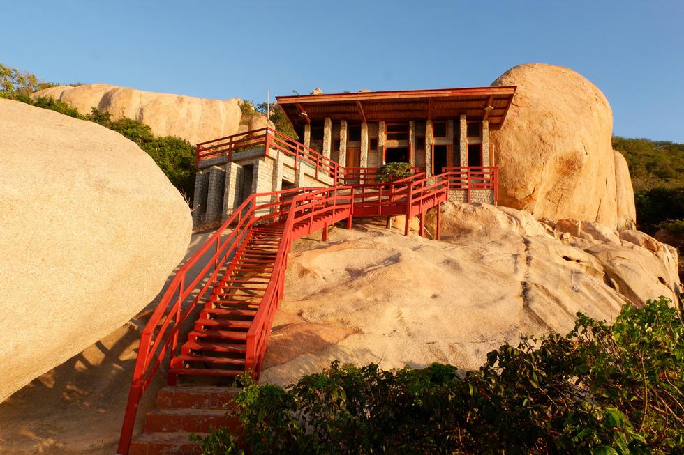 Ngắm ngôi nhà Anh hùng xây trên vách đá Ninh Thuận - Ảnh 1.