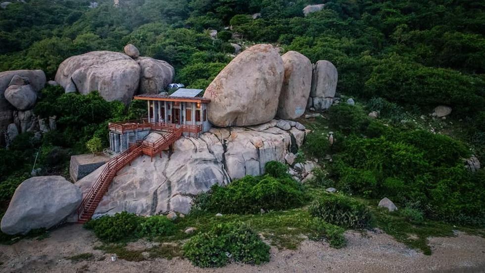 Ngắm ngôi nhà Anh hùng xây trên vách đá Ninh Thuận - Ảnh 2.