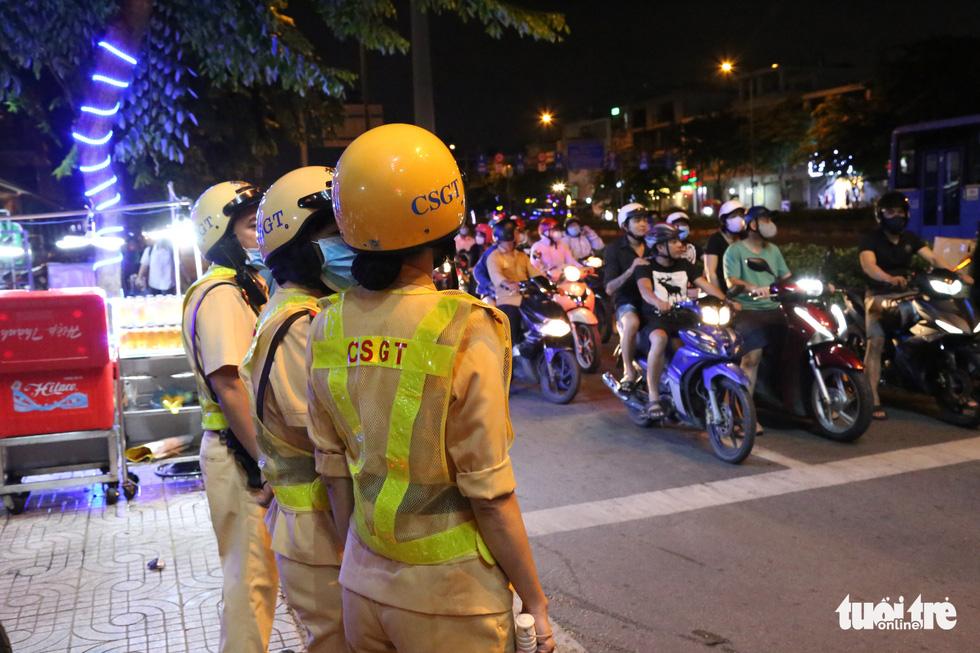 Nữ CSGT ở TP.HCM xử lý ma men đêm đường nhậu Phạm Văn Đồng ra sao? - Ảnh 4.
