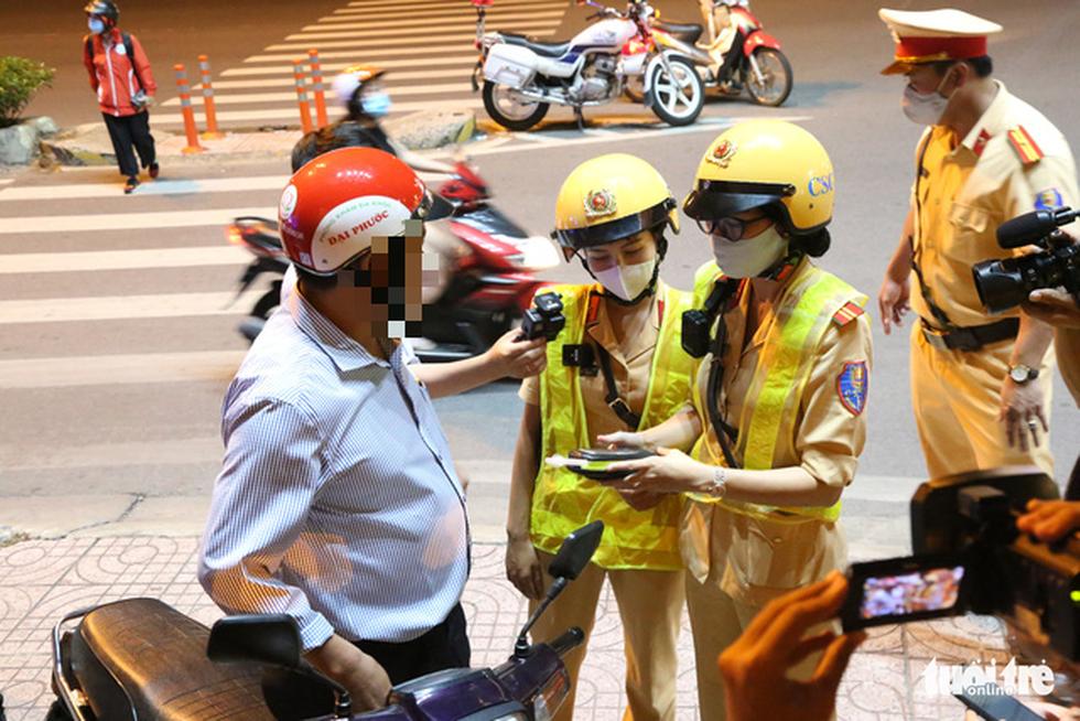 Nữ CSGT ở TP.HCM xử lý ma men đêm đường nhậu Phạm Văn Đồng ra sao? - Ảnh 5.