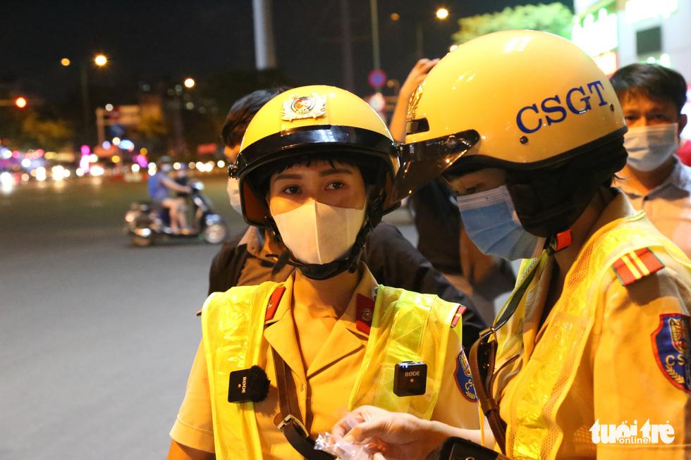 Nữ CSGT ở TP.HCM xử lý ma men đêm đường nhậu Phạm Văn Đồng ra sao? - Ảnh 6.
