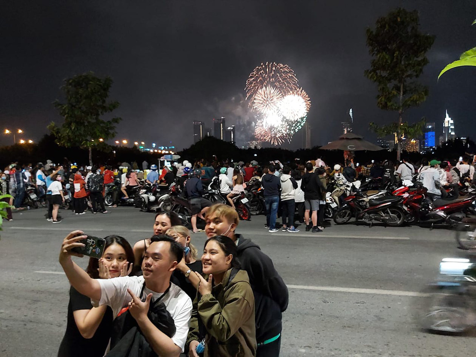 Rực rỡ pháo hoa, Việt Nam đón chào năm 2021 với niềm tin - hy vọng - Ảnh 10.