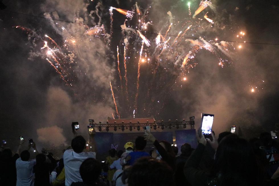 Rực rỡ pháo hoa, Việt Nam đón chào năm 2021 với niềm tin - hy vọng - Ảnh 9.