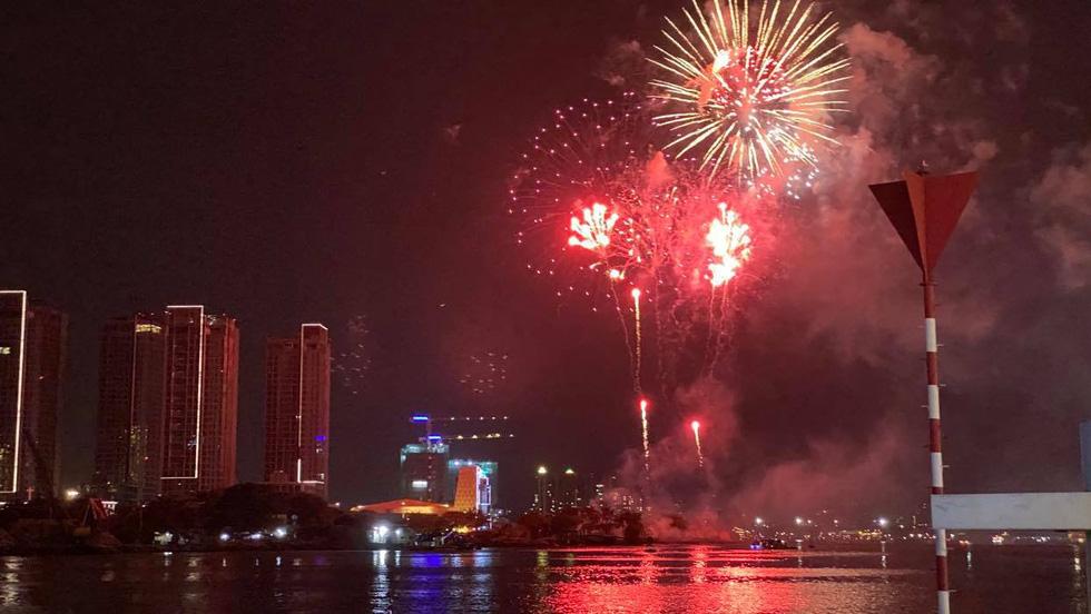 Rực rỡ pháo hoa, Việt Nam đón chào năm 2021 với niềm tin - hy vọng - Ảnh 7.