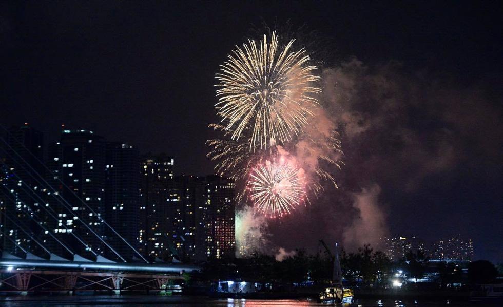 Rực rỡ pháo hoa, Việt Nam đón chào năm 2021 với niềm tin - hy vọng - Ảnh 6.