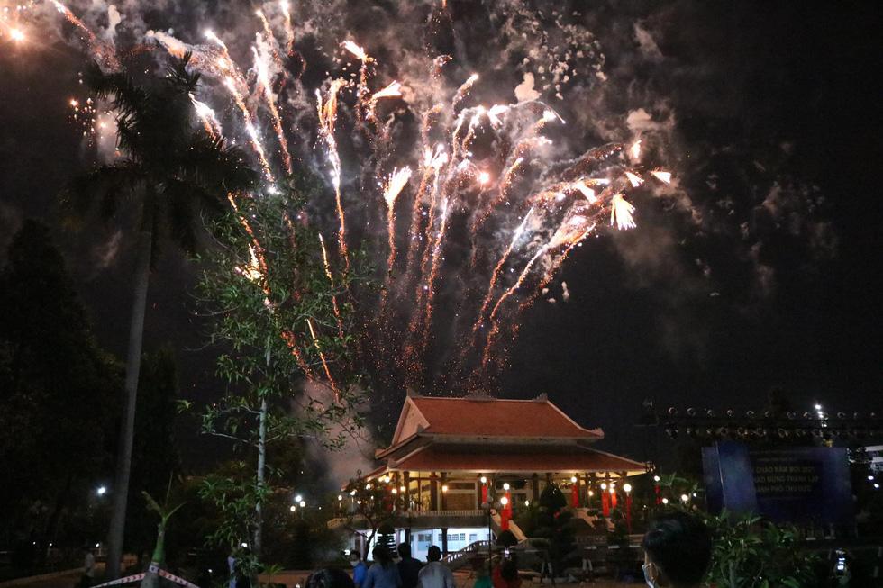 Rực rỡ pháo hoa, Việt Nam đón chào năm 2021 với niềm tin - hy vọng - Ảnh 8.