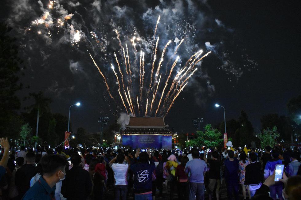 Rực rỡ pháo hoa, Việt Nam đón chào năm 2021 với niềm tin - hy vọng - Ảnh 11.