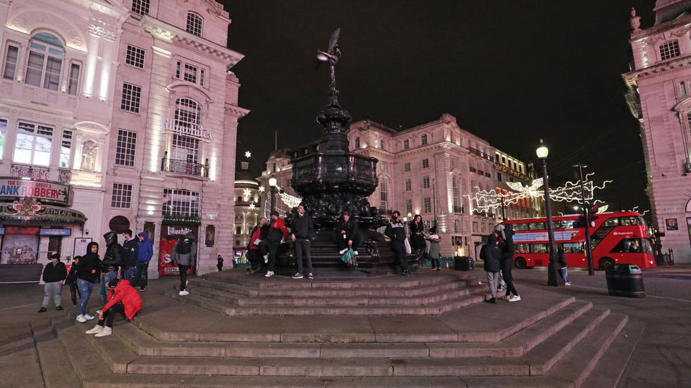 شب سال نو در انگلیس: زنگ زنگ بیگ بن به صدا در می آید ، اما هیچ کس در خیابان نیست - عکس 2.