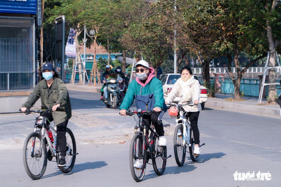 Phố phường thông thoáng, người Hà Nội đạp xe tận hưởng không khí đầu năm - Ảnh 3.