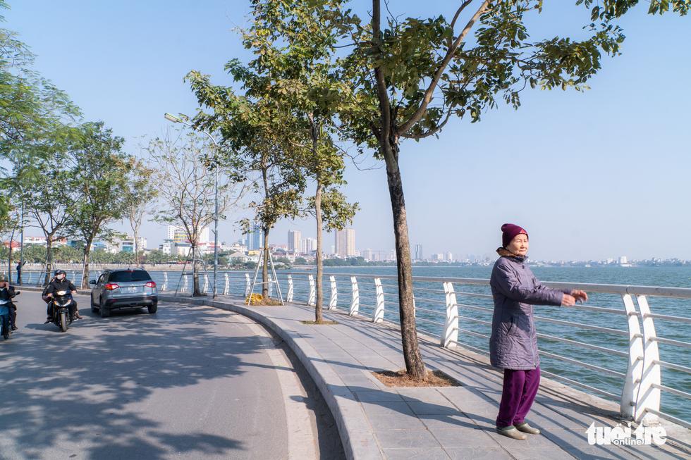 Phố phường thông thoáng, người Hà Nội đạp xe tận hưởng không khí đầu năm - Ảnh 4.