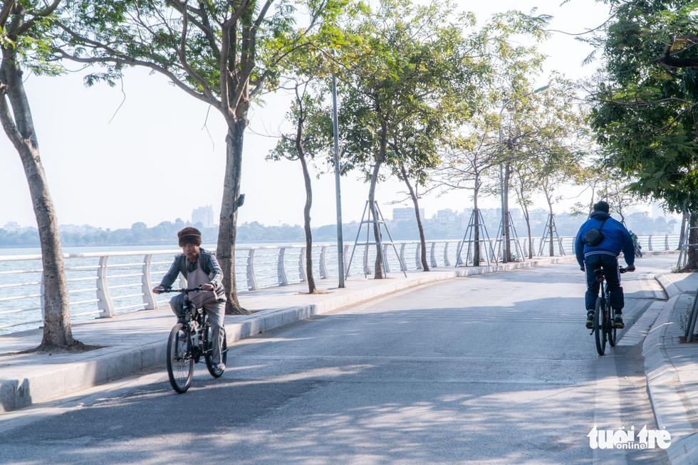 Phố phường thông thoáng, người Hà Nội đạp xe tận hưởng không khí đầu năm - Ảnh 2.
