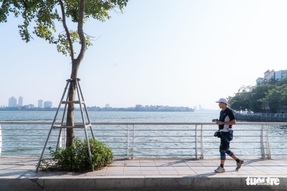 Phố phường thông thoáng, người Hà Nội đạp xe tận hưởng không khí đầu năm - Ảnh 5.