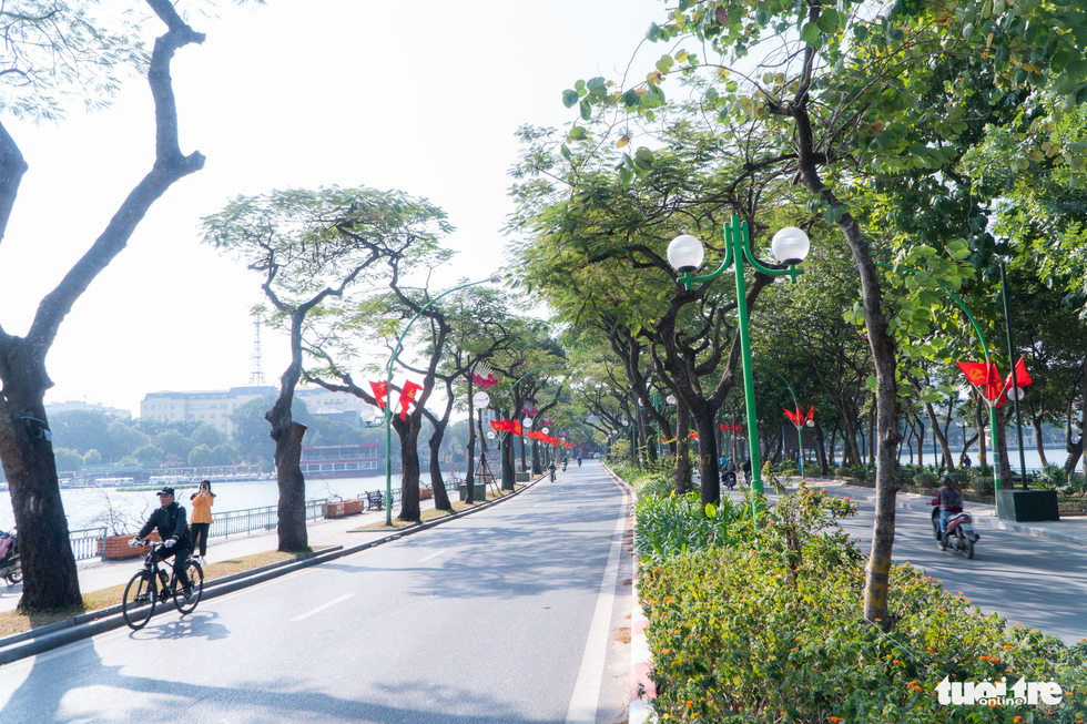 Phố phường thông thoáng, người Hà Nội đạp xe tận hưởng không khí đầu năm - Ảnh 1.