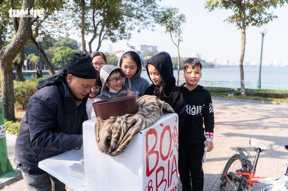 Phố phường thông thoáng, người Hà Nội đạp xe tận hưởng không khí đầu năm - Ảnh 7.