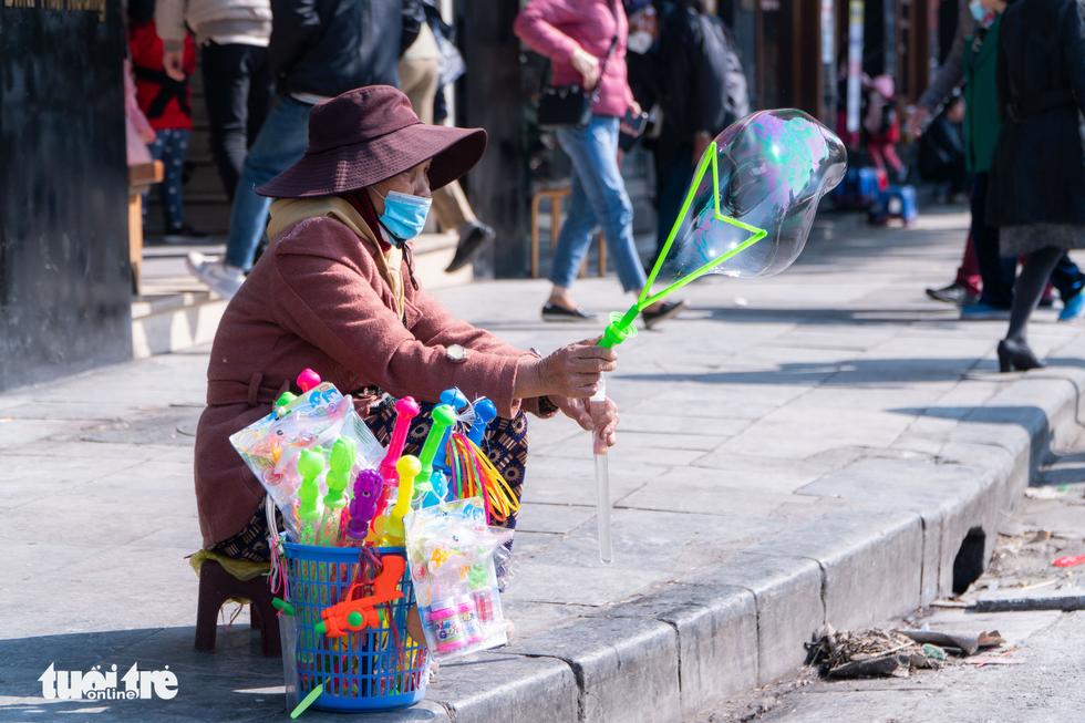 Phố phường thông thoáng, người Hà Nội đạp xe tận hưởng không khí đầu năm - Ảnh 11.