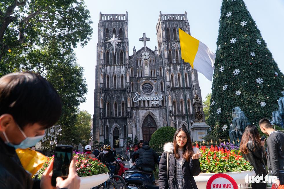 Phố phường thông thoáng, người Hà Nội đạp xe tận hưởng không khí đầu năm - Ảnh 10.
