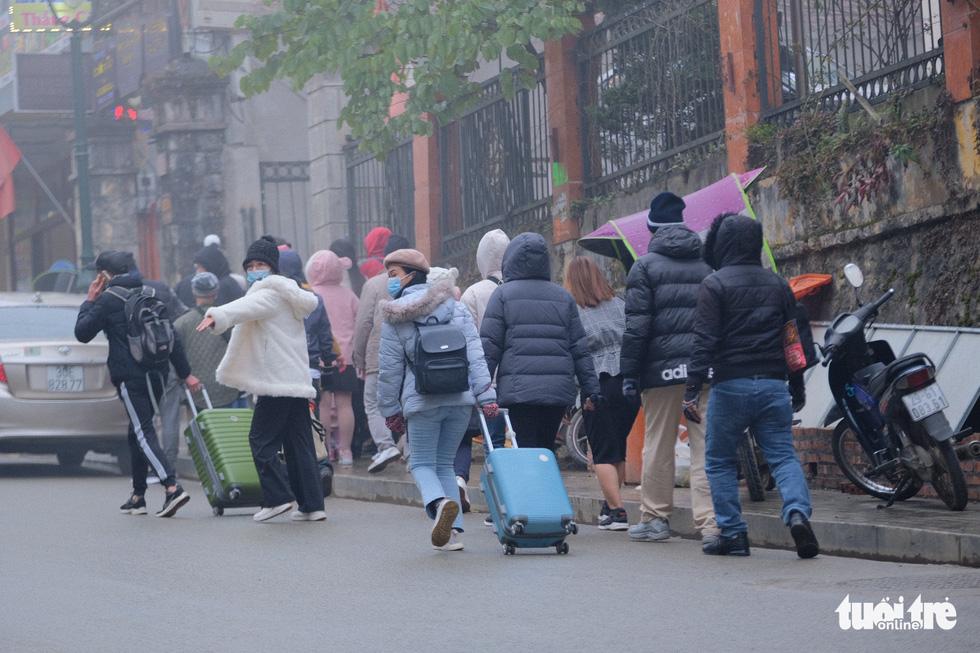 Du khách mệt mỏi kéo vali tìm phòng nghỉ ở Sa Pa - Ảnh 5.