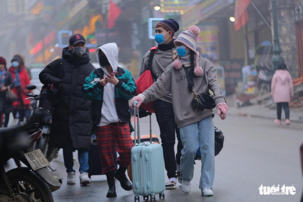 Du khách mệt mỏi kéo vali tìm phòng nghỉ ở Sa Pa - Ảnh 6.