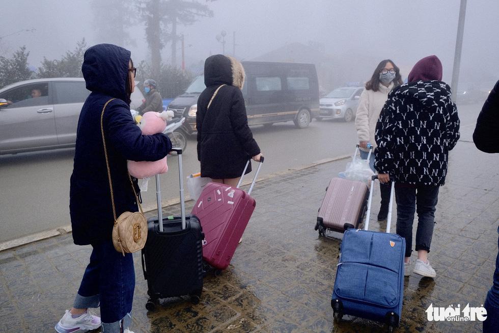 Du khách mệt mỏi kéo vali tìm phòng nghỉ ở Sa Pa - Ảnh 2.