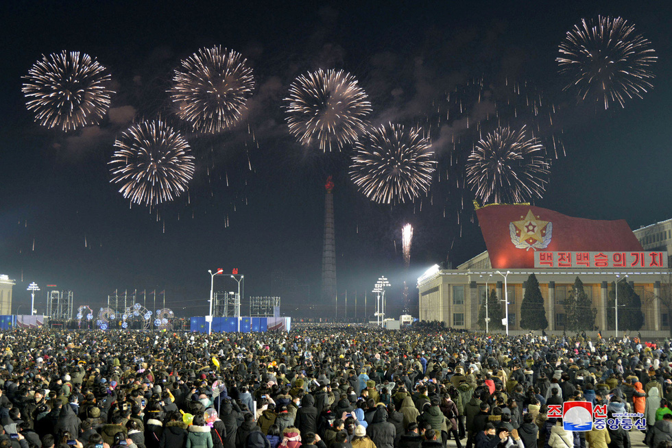Thế giới tương phản đón năm mới: Nơi đông nghẹt, chỗ vắng tanh - Ảnh 9.