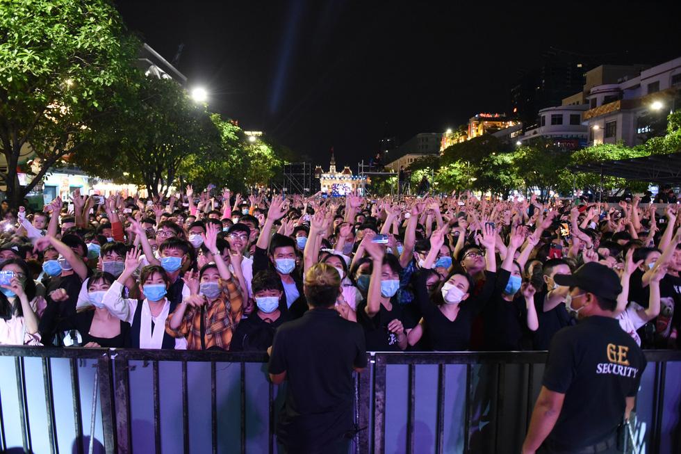 Bữa tiệc âm nhạc mừng năm mới của người dân Sài Gòn - Ảnh 6.