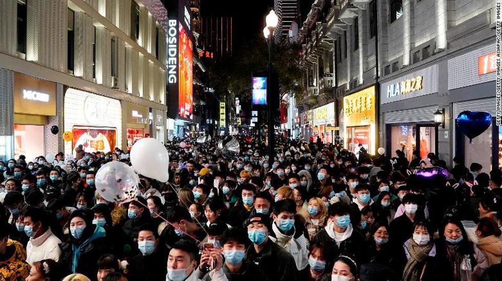 Thế giới tương phản đón năm mới: Nơi đông nghẹt, chỗ vắng tanh - Ảnh 3.