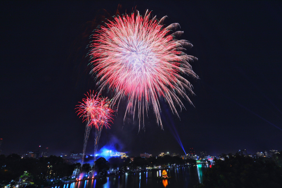 Rực rỡ pháo hoa, Việt Nam đón chào năm 2021 với niềm tin - hy vọng - Ảnh 1.