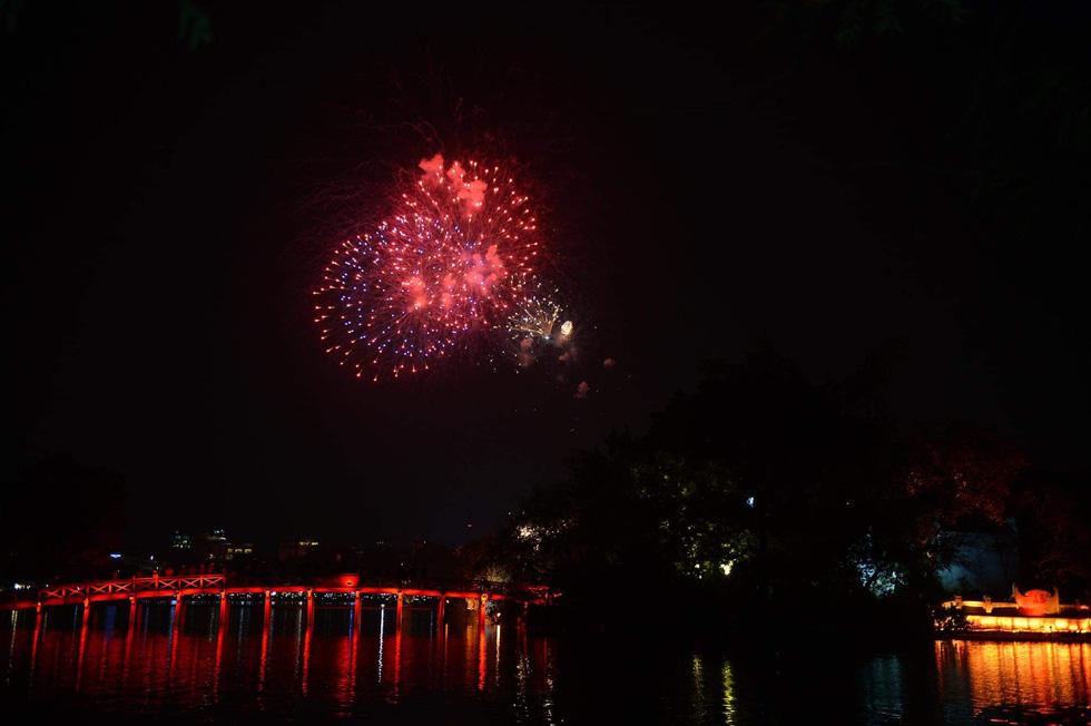 Rực rỡ pháo hoa, Việt Nam đón chào năm 2021 với niềm tin - hy vọng - Ảnh 3.