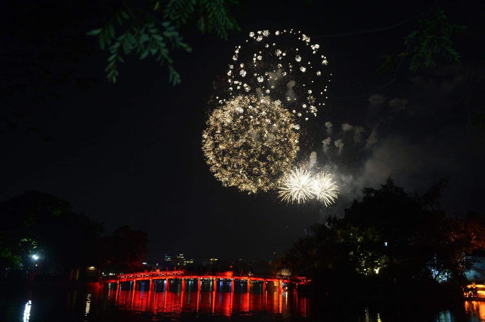 Rực rỡ pháo hoa, Việt Nam đón chào năm 2021 với niềm tin - hy vọng - Ảnh 4.