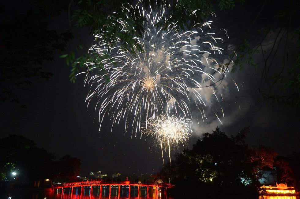 Rực rỡ pháo hoa, Việt Nam đón chào năm 2021 với niềm tin - hy vọng - Ảnh 5.