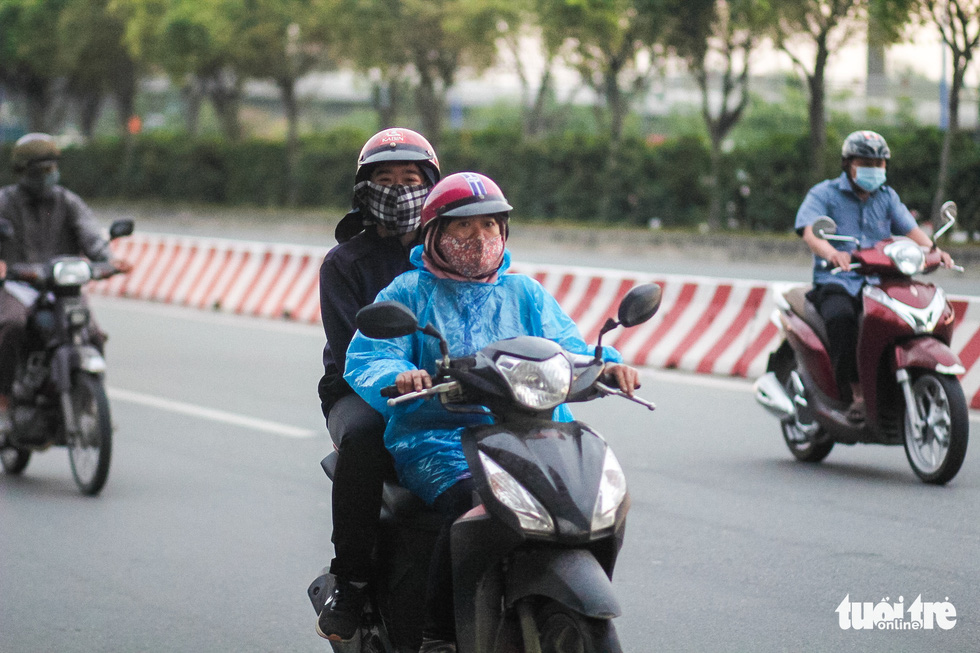 Ho Chi Minh City's temperature drops to 19 degrees Celsius, people are chilly - Photo 6.