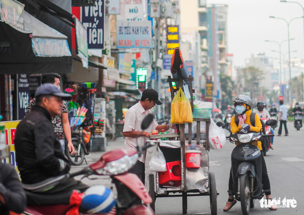 Ho Chi Minh City's temperature drops to 19 degrees Celsius, people chilly - Photo 2.