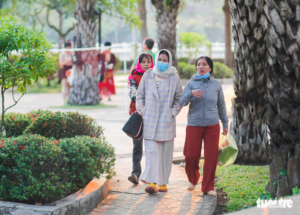 Ho Chi Minh City's temperature drops to 19 degrees Celsius, people chilly - Photo 7.
