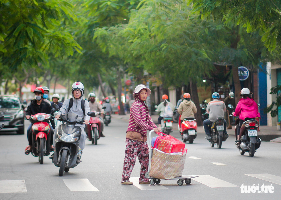 Ho Chi Minh City's temperature drops to 19 degrees Celsius, people chilly - Photo 8.
