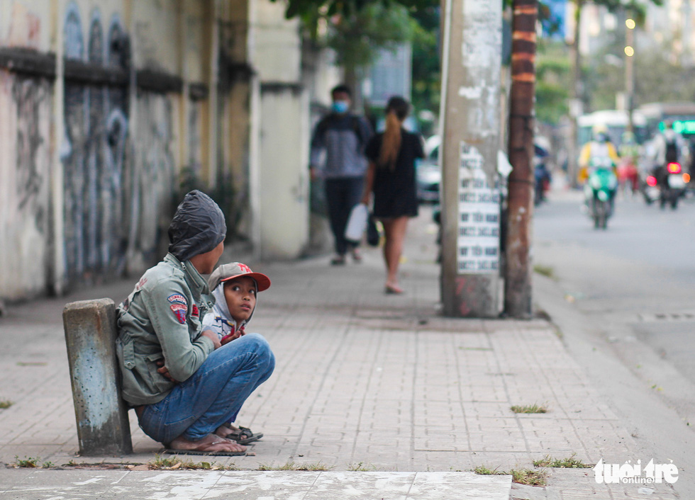 Ho Chi Minh City's temperature drops to 19 degrees Celsius, people chilly - Photo 9.