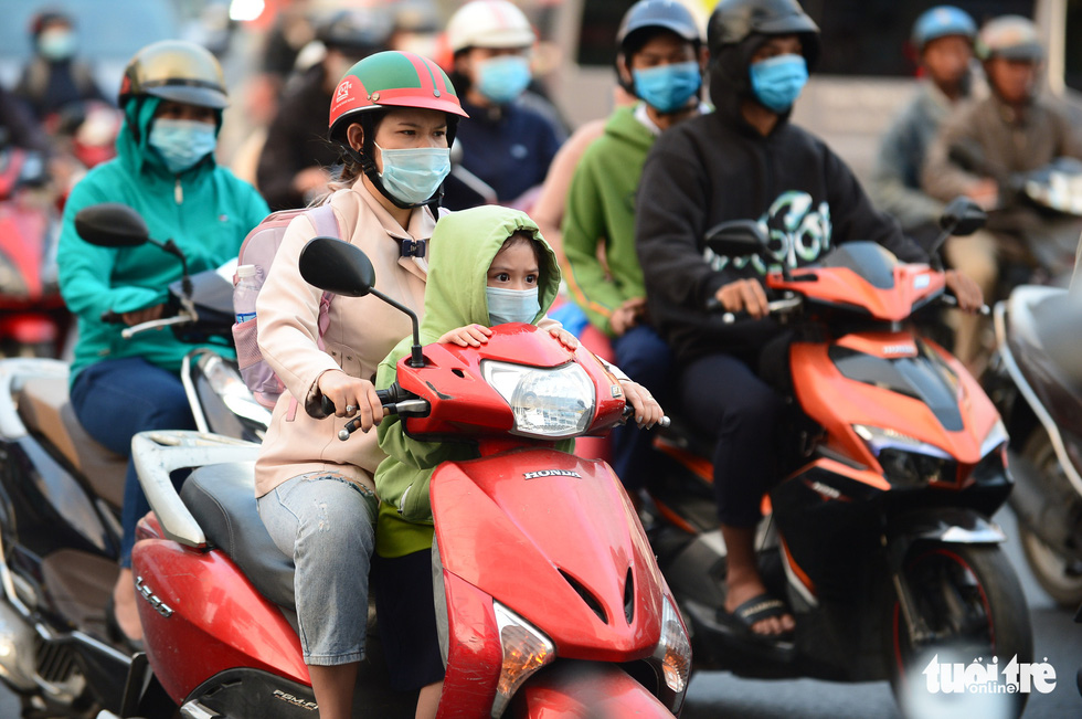 Ho Chi Minh City's temperature drops to 19 degrees Celsius, people chilly - Photo 1.