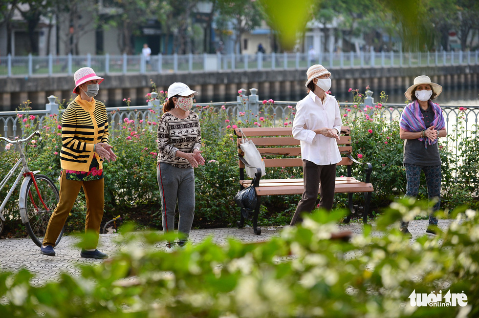 Ho Chi Minh City's temperature drops to 19 degrees Celsius, people chilly - Photo 3.