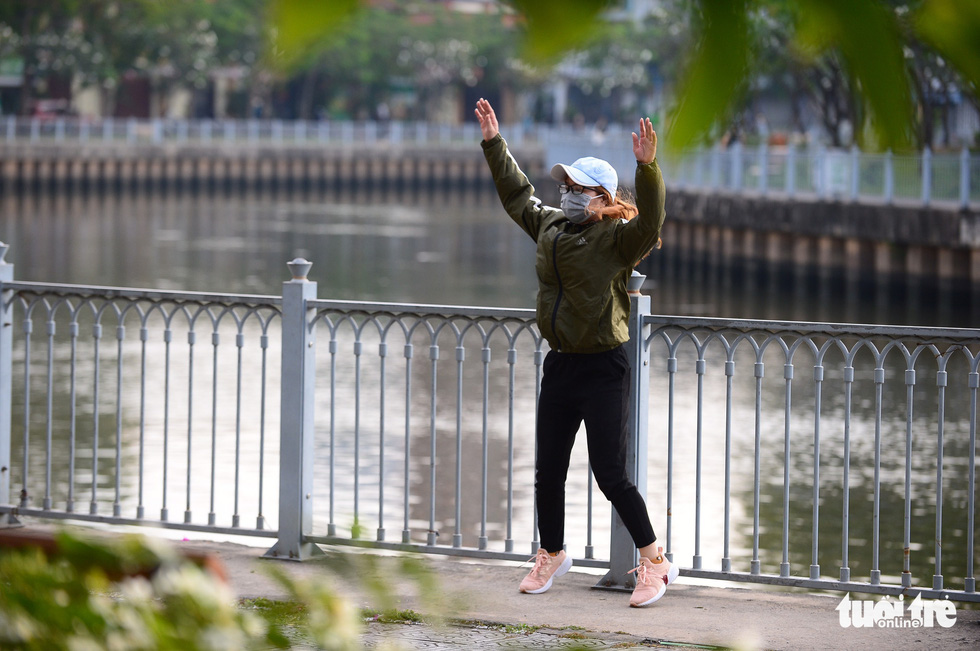 Ho Chi Minh City's temperature drops to 19 degrees Celsius, people chilly - Photo 5.