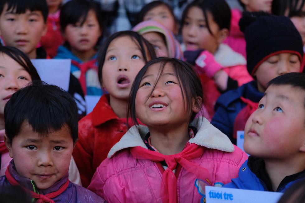 Những gương mặt học trò Quan Hồ Thẩn bỏng lạnh nhận chăn ấm của bạn đọc Tuổi Trẻ - Ảnh 4.