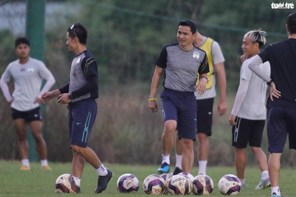 Kiatisak dẫn quân vào Sài Gòn, chuẩn bị ra mắt V-League 2021 - Ảnh 3.