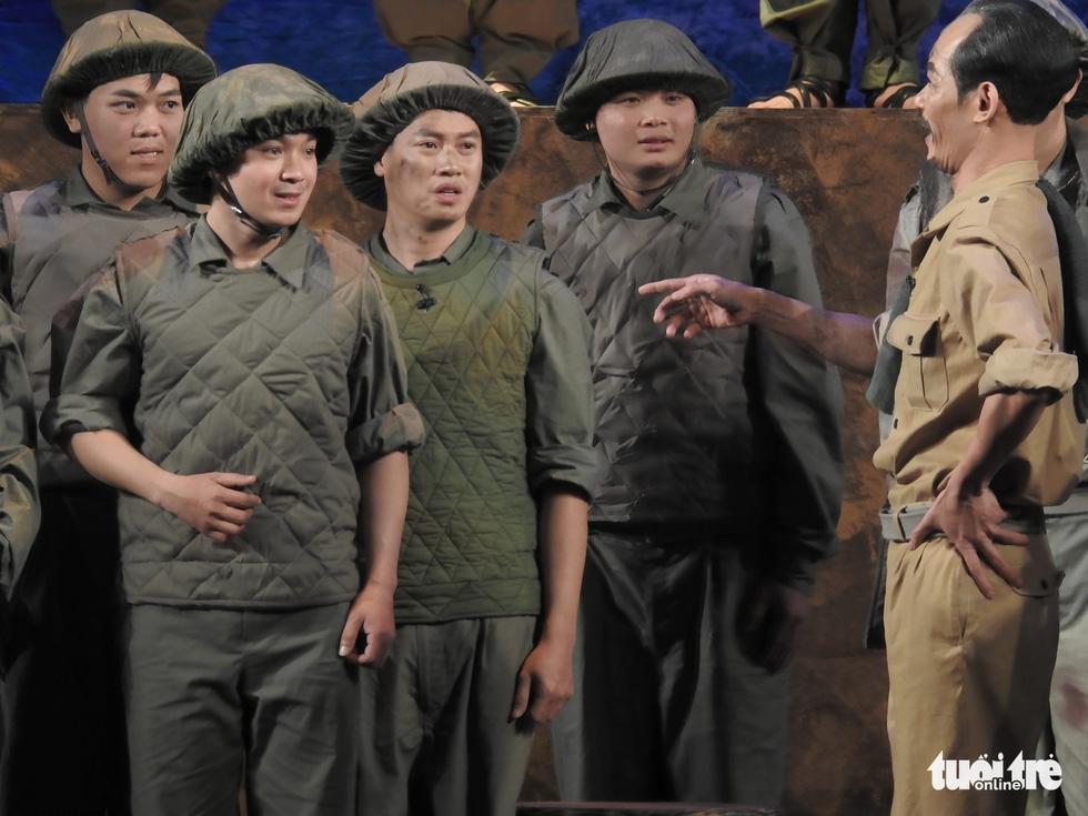 Chủ tịch Quốc hội xem kịch Bác Hồ xử án tham nhũng do Xuân Bắc đạo diễn - Ảnh 9.
