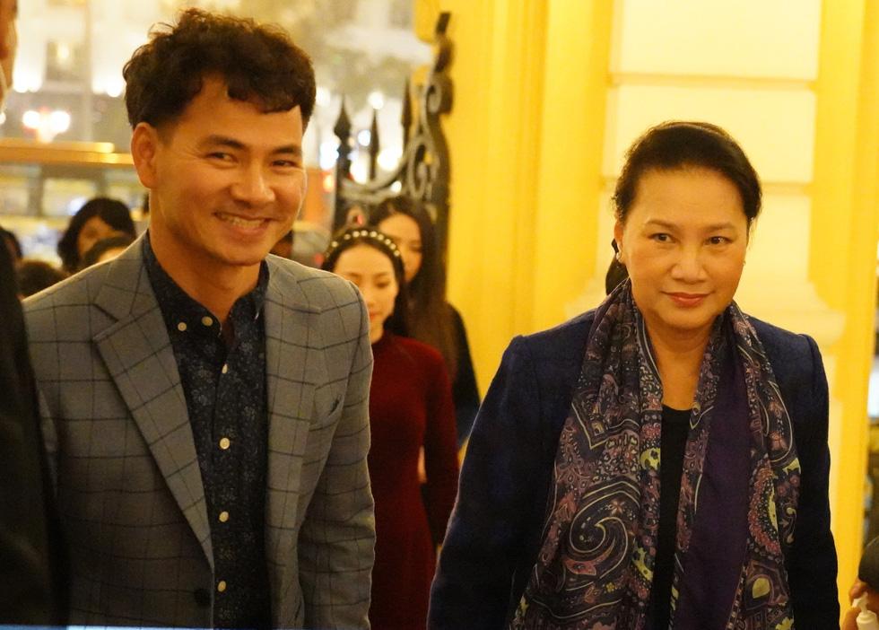 Chủ tịch Quốc hội xem kịch Bác Hồ xử án tham nhũng do Xuân Bắc đạo diễn - Ảnh 1.