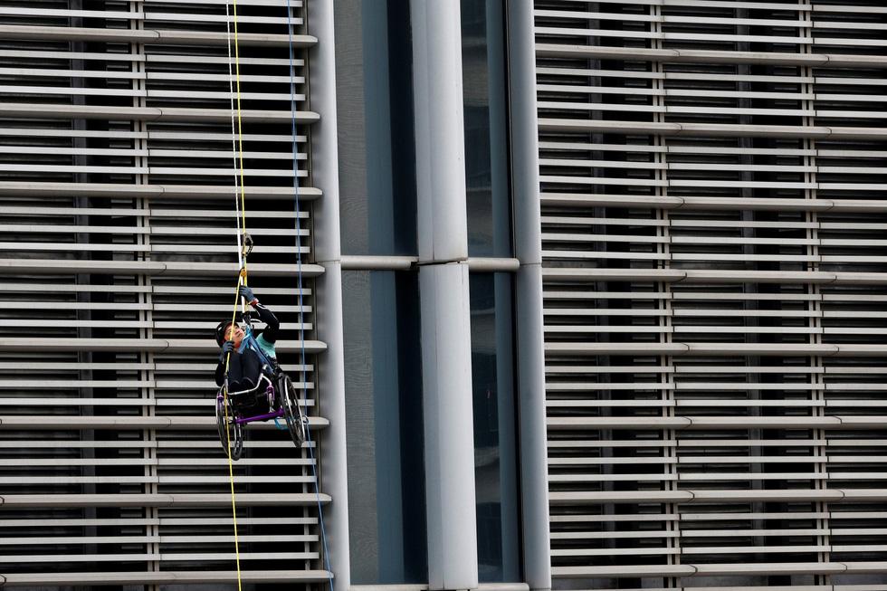 Leo 250m dọc tòa nhà chọc trời trên xe lăn - Ảnh 5.