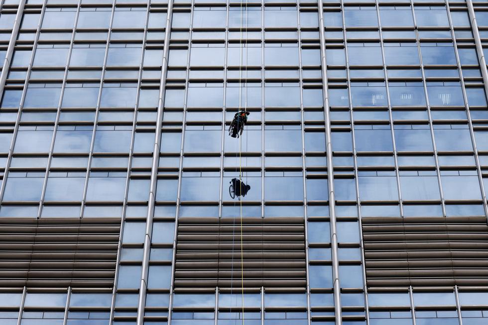 Leo 250m dọc tòa nhà chọc trời trên xe lăn - Ảnh 3.