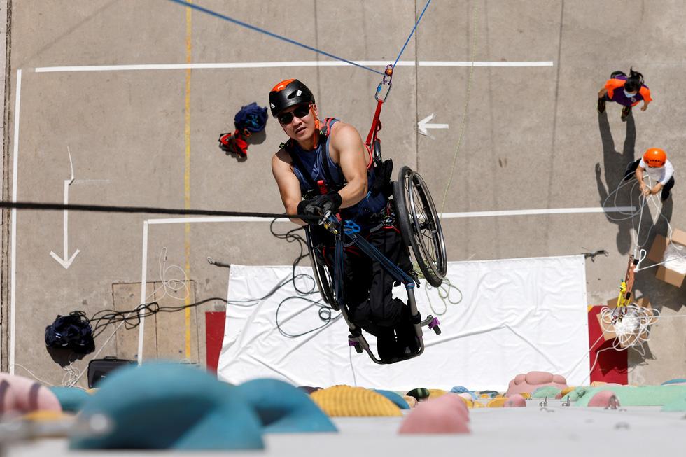 Leo 250m dọc tòa nhà chọc trời trên xe lăn - Ảnh 7.