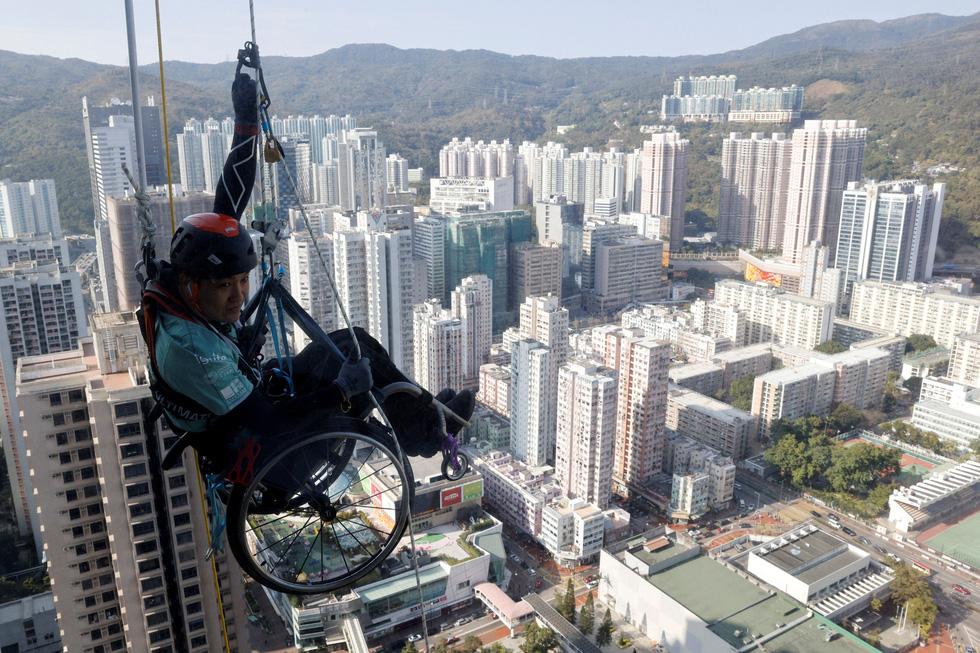 Leo 250m dọc tòa nhà chọc trời trên xe lăn - Ảnh 2.