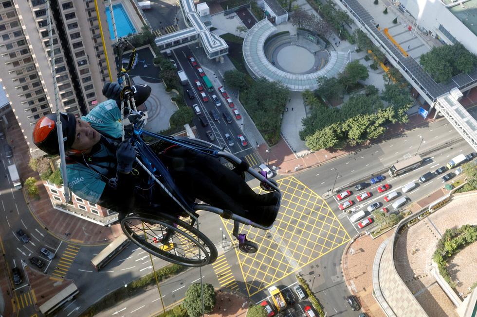 Leo 250m dọc tòa nhà chọc trời trên xe lăn - Ảnh 1.