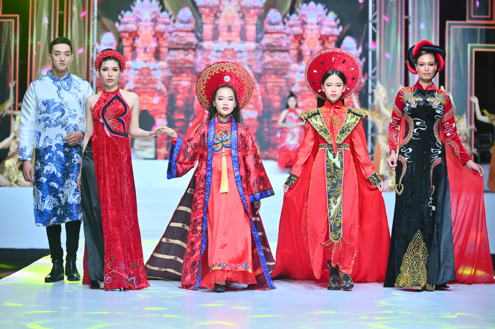 Phương Hồ đưa câu chuyện lịch sử vào thời trang áo dài - Ảnh 6.