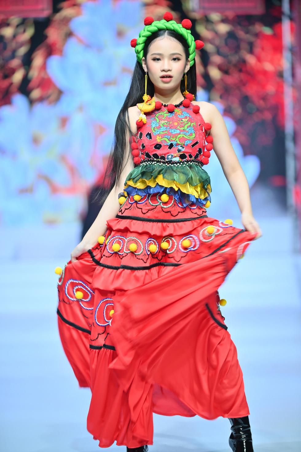Phương Hồ đưa câu chuyện lịch sử vào thời trang áo dài - Ảnh 11.